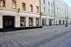 Stoleshnikov豪华购物街道,莫斯科看法  免版税库存图片