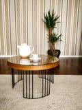 Stolik do kawy z herbacianą filiżanką i teapot, z drewnianym tłem i rośliną, bagażnik Brazylia zdjęcie stock