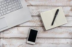 Stolik do kawy z laptopem i notatnikiem obrazy stock