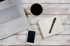 Stolik do kawy z laptopem i notatnikiem zdjęcia royalty free