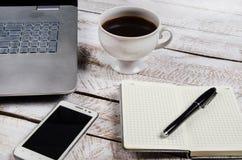 Stolik do kawy z laptopem i notatnikiem fotografia stock