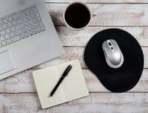 Stolik do kawy z laptopem i notatnikiem zdjęcie stock