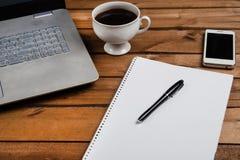 Stolik do kawy z laptopem i notatnikiem obraz royalty free