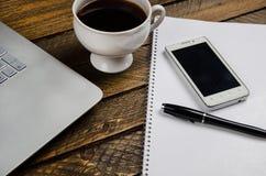 Stolik do kawy z laptopem i notatnikiem obraz stock