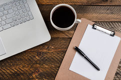 Stolik do kawy z laptopem i notatnikiem obrazy royalty free
