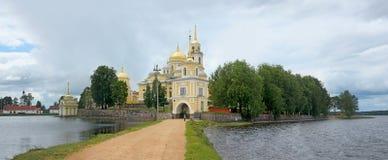 在Stolobny海岛上的修道院Nilov湖的塞利格 俄国 免版税库存照片