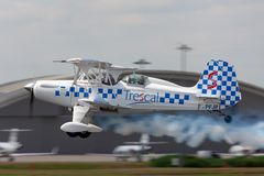 Stolp SA-300 Starduster aerobatic biplan F-PFJP som tar av royaltyfria bilder
