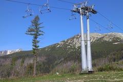 Stolpe av cablewayen till den Skalnaté plesoen i höga Tatras Arkivbild