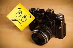 Stolpe-det noterar med smileyframsidan sticked på fotokamera Royaltyfria Foton