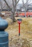 Stolpe för Edo stillampa på gräsfält med sidor mindre träd i Noboribetsu datumJIdaimura den historiska byn på Hokkaido, Japan Arkivbild