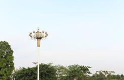 stolpe för lampa för gataljus på bakgrund för blå himmel, väglampa överst av polen Royaltyfri Bild