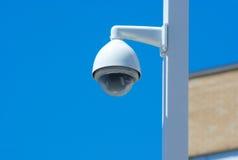 Stolpe för säkerhetskamera utanför på blå himmel Fotografering för Bildbyråer