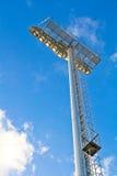 Stolpe för stadionfläckljus i solskendagen Arkivbilder