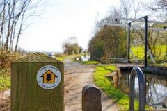 Stolpe för tecken för fördämning för Offa ` s och elevatorbro på Montgomery Canal, Powys, Wales Royaltyfri Foto