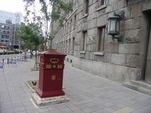 Stolpe - kontor med brevlådan utanför Royaltyfri Foto