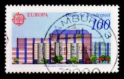 Stolpe - kontor Postgiroamt Frankfurt på strömförsörjningen, Europa C E P T 1990 - Stolpe - kontorsbyggnadserie, circa 1990 Royaltyfri Fotografi