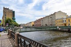 Stolpe - kontorsbro i St Petersburg Arkivbilder