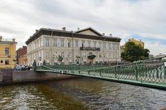 Stolpe - kontorsbro i St Petersburg Fotografering för Bildbyråer
