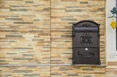 Stolpeask på väggstenen Arkivbild