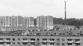 Stolpekommunismflerbostadshus - svartvitt begrepp Arkivfoto