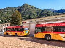 Stolpen bussar i staden av Bellinzona, Schweiz Royaltyfria Bilder