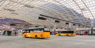 Stolpen bussar på bussstationen i staden av Chur i Schweiz Arkivbilder