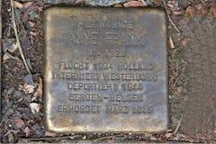 Stolpernde Steine erinnern den Aufenthalt an die Frank-Familie zu Pastor Platz 1 in Aachen, Deutschland Stockfotos