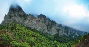 Stolpernde Wolken über einem Gebirgsrücken Stockbilder