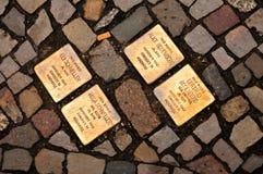 Stolperstein (камень преткновения) в Берлине стоковые изображения rf