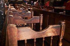 Stolrad för kristen kyrka trädomkyrkaplatser royaltyfria bilder