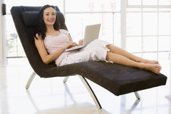 stolsbärbar dator som sitter genom att använda kvinnan Royaltyfri Bild