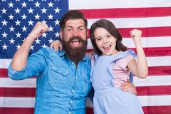 Stolt att vara amerikaner Lycklig amerikansk familj som firar självständighetsdagen Skäggig man och litet barn med vinnaren arkivbild