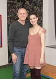 Stolt fader och dotter som tillsammans poserar Royaltyfri Foto
