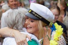 Stolt farmor som kramar hennes avlägga examen dotter royaltyfria bilder
