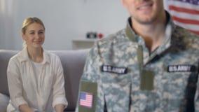 Stolt flickvän som ser officeren, nationförsvar, amerikansk armé arkivfilmer