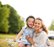 Stolt ögonblick som delas mellan en moder och en dotter Arkivfoton