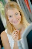 Stolt halsband för kvinna fotografering för bildbyråer