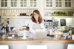 Stolt kaféägare Royaltyfri Bild