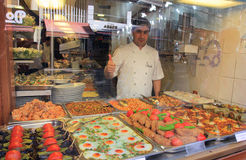 Stolt kock av lokala foods, Istanbul, Turkiet Arkivfoto