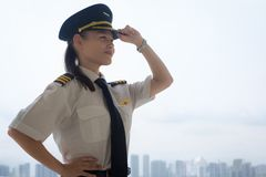 Stolt kvinnlig pilot på flygplatsen royaltyfri bild