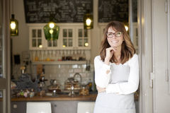 Stolt liten kvinna för coffee shopägare Fotografering för Bildbyråer