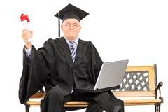 Stolt mogna det doktorand- innehavet ett diplom Arkivbild
