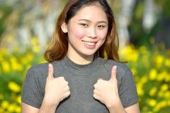 Stolt nätt asiatisk kvinnlig fotografering för bildbyråer