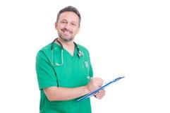 Stolt och confindetdoktor eller läkare som använder skrivplattan Royaltyfri Bild