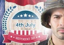 Stolt soldat med 4th av den Juli designen i bakgrund Arkivfoto
