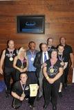 Stolta konkurrenter som visar deras medaljer och trofé Royaltyfria Bilder