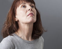 Stolthet och arrogans för deprimerad mogen kvinna royaltyfri foto