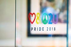 Stolthetklistermärke 2018 på fönstret arkivfoton