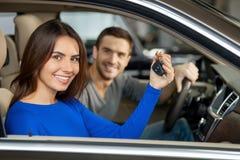Stolz auf ihr nagelneues Auto. Stockbild