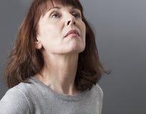 Stolz und Arroganz für deprimierte reife Frau Lizenzfreies Stockfoto